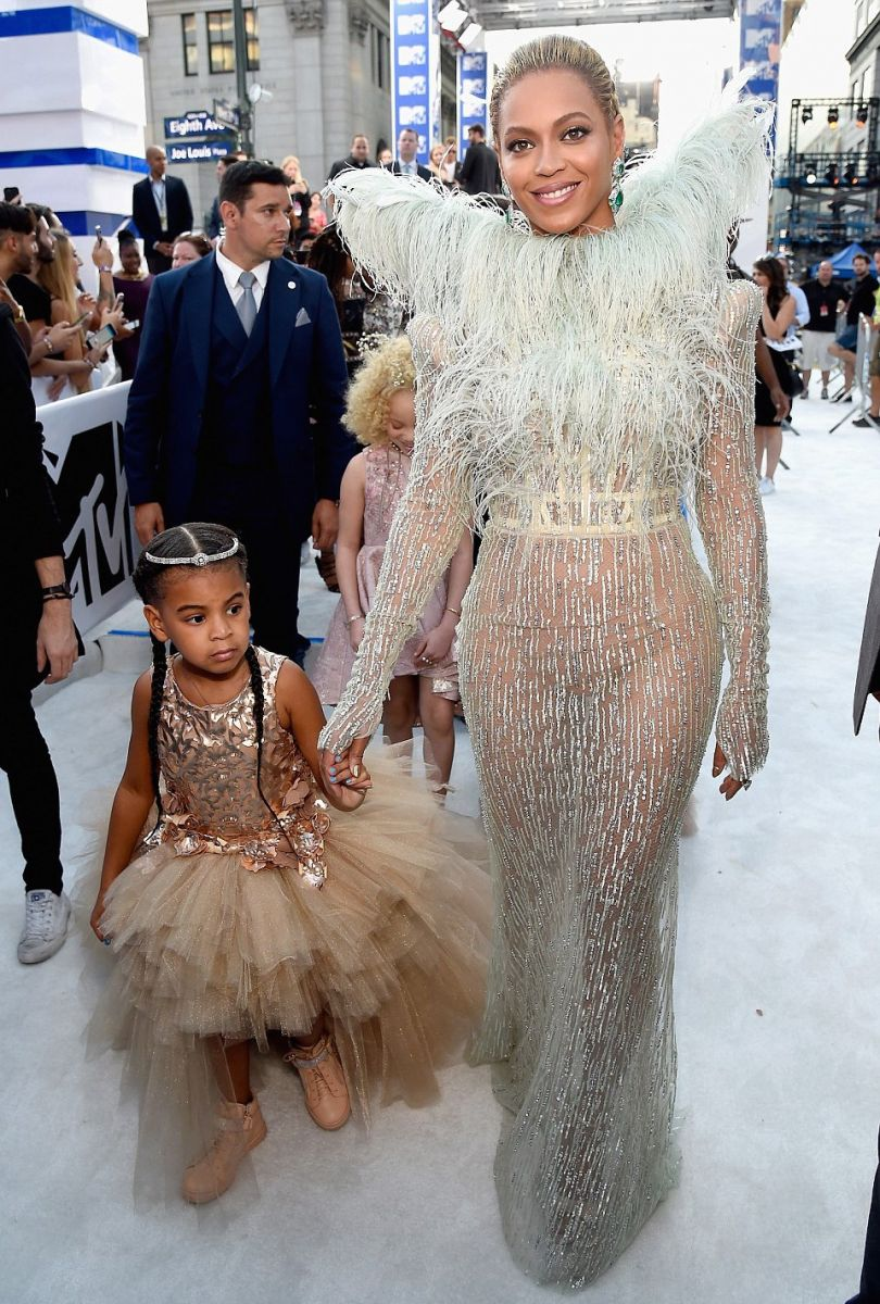 Beyonce-and-Blue-Ivy-red-carpet-vma