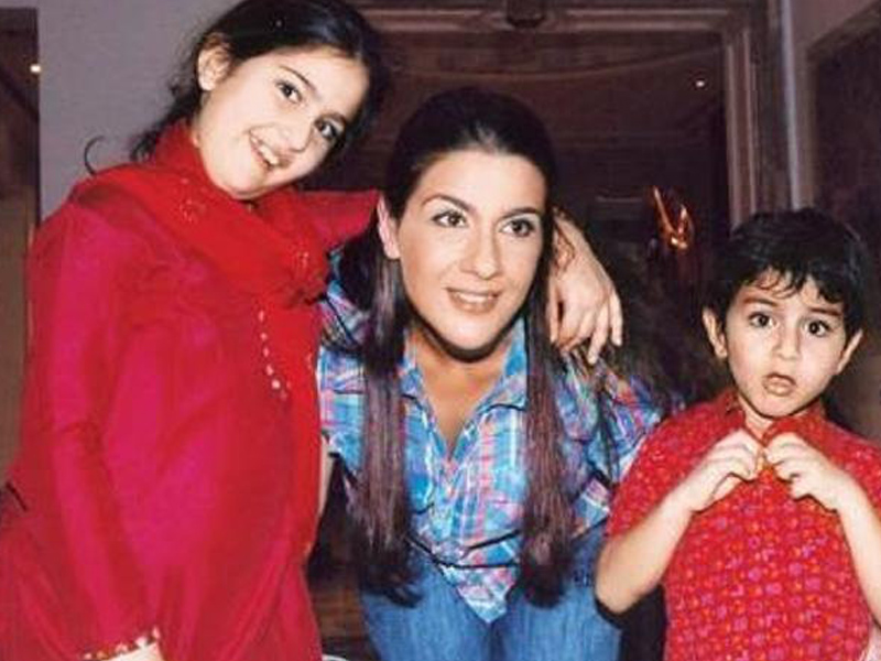 Amrita Singh  with kids