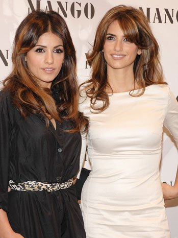 The sisters look astonishigly identical!