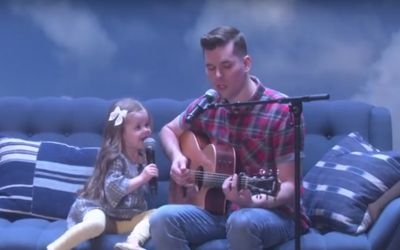 Adorable-Singing-Father-Daughter