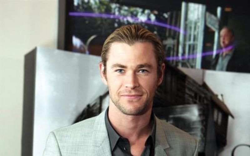 Hemsworth Poses With Snake