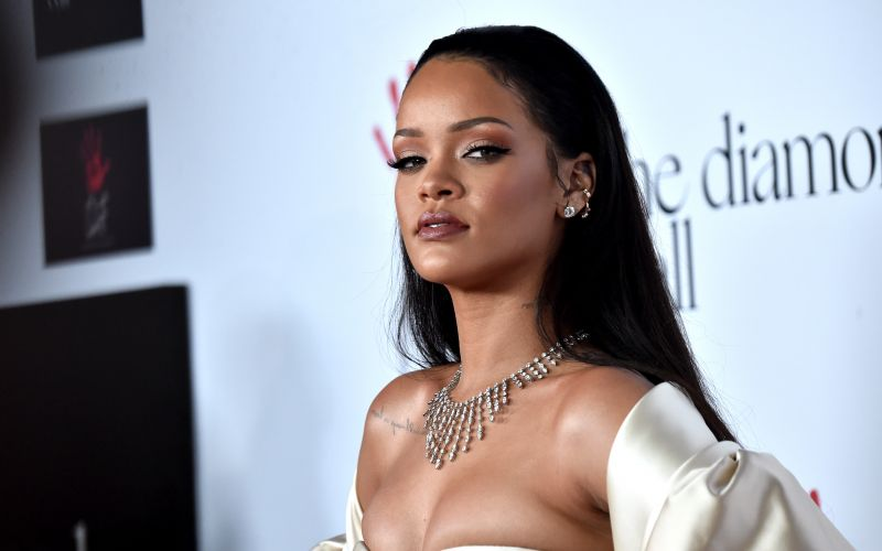 Rihanna strips naked in bathroom with niece